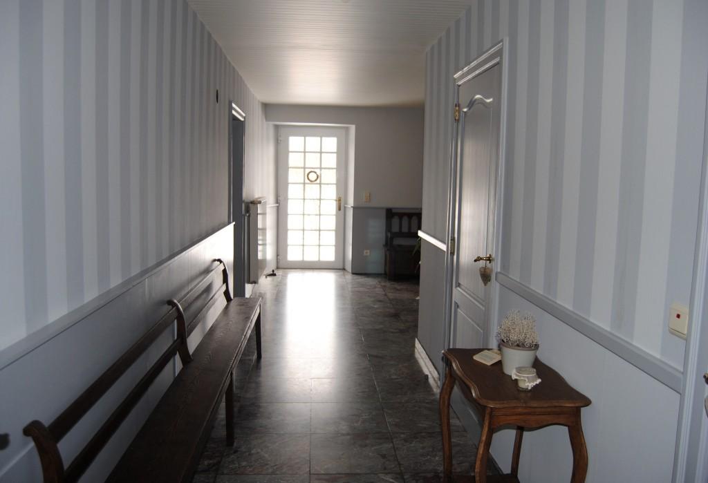 papier peint couloir sombre menuiserie