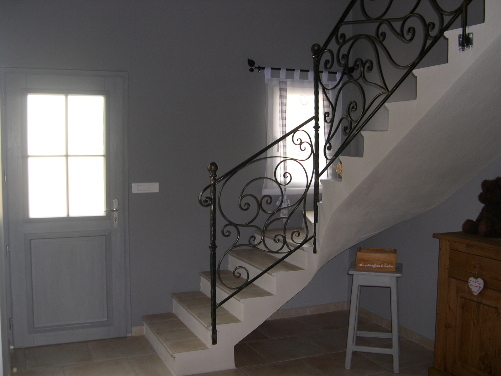 Hall d entr e avec escalier menuiserie for Deco hall d entree avec escalier